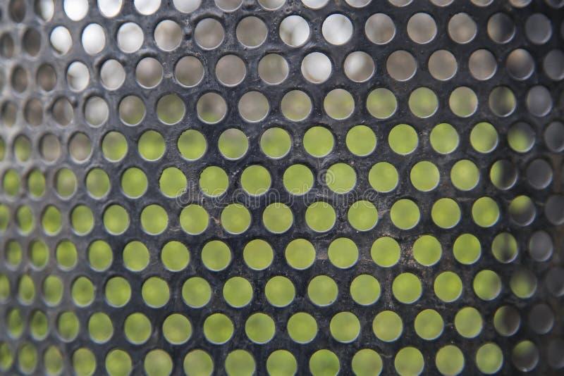 Абстрактные линии и металл цепляют предпосылку зеленой травы картины стоковая фотография