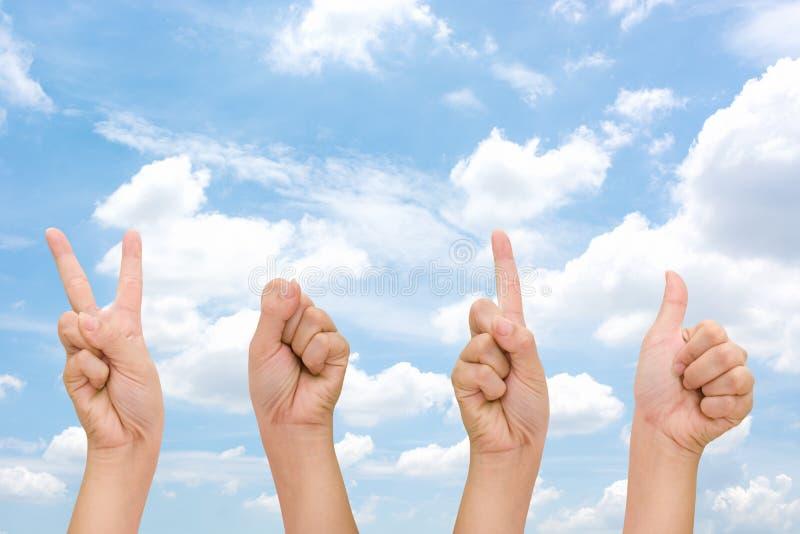 Абстрактные руки женщины с знаками символа 2016 руки, счастливой рукой 2016 Нового Года с небом облака стоковые изображения rf