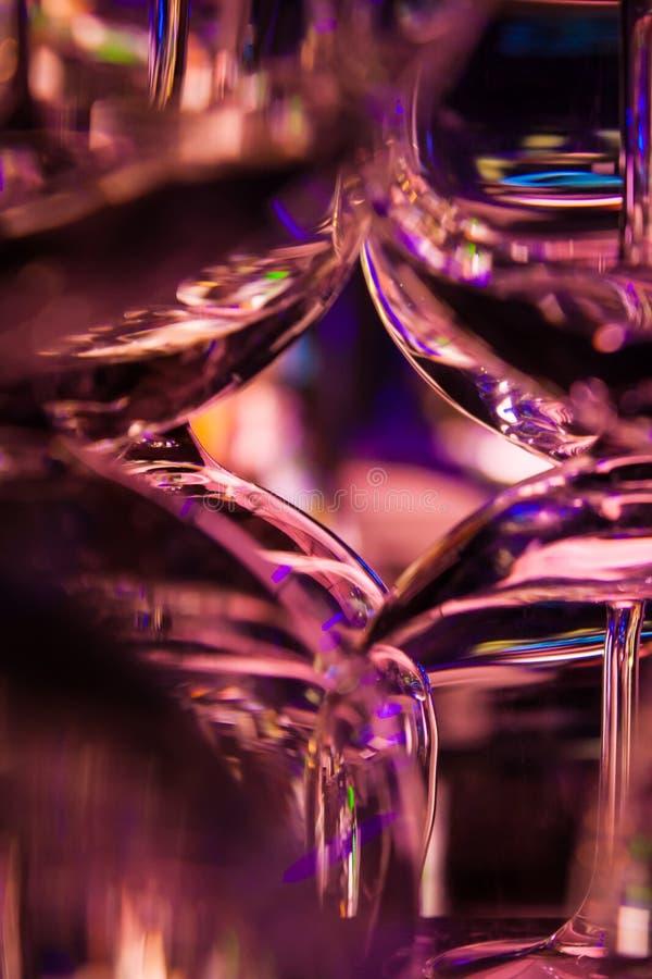 Абстрактные стопки для Мартини стоя на баре стоковое изображение rf