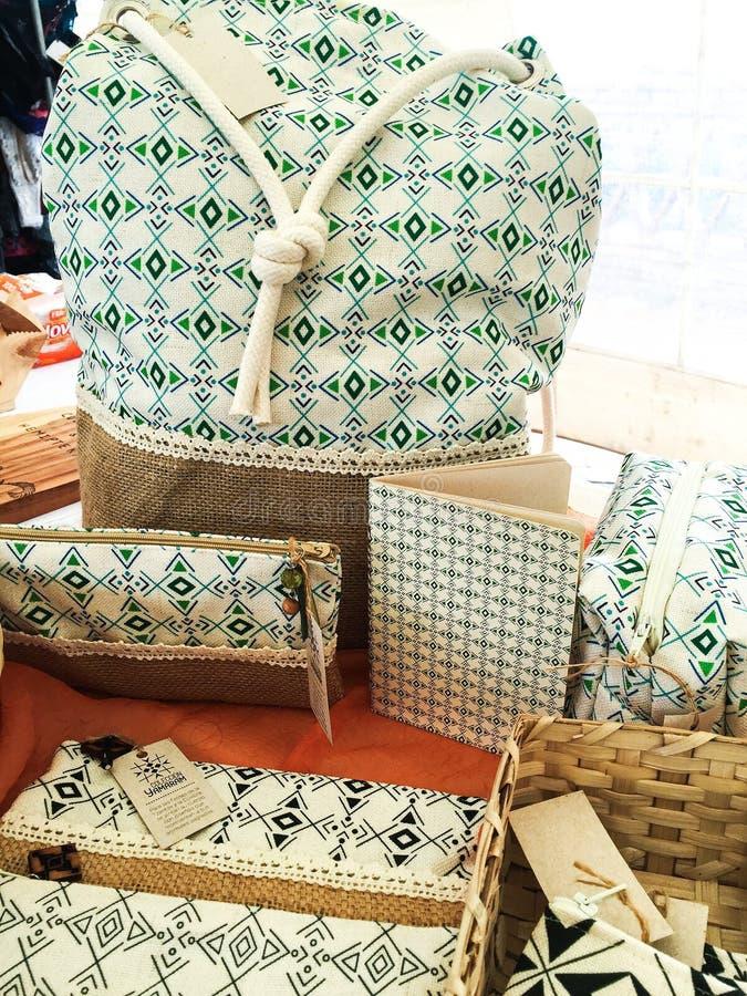 Абстрактные сумка, портмона и неподвижное ремесленника на рынке стоковая фотография