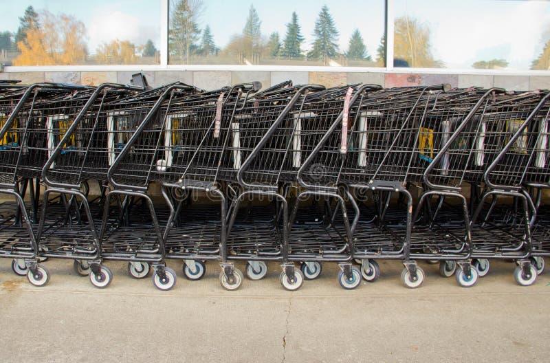 абстрактные тележки делают по образцу супермаркет покупкы стоковое фото rf