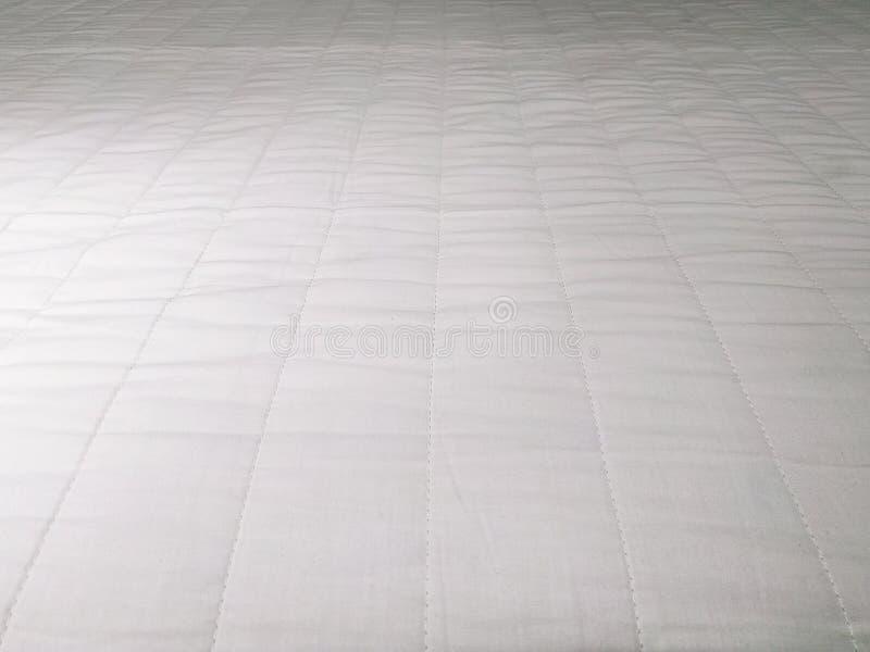 Абстрактный белый конец предпосылки текстуры постельных принадлежностей тюфяка вверх стоковая фотография