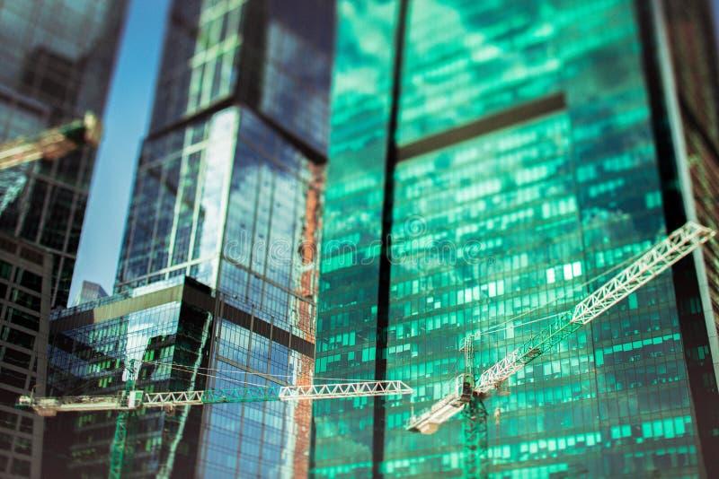Абстрактный взгляд небоскребов под конструкцией, выборочным фокусом стоковая фотография rf