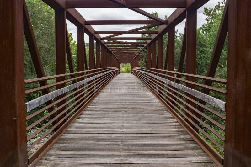 Абстрактный взгляд стального Footbridge стоковое фото