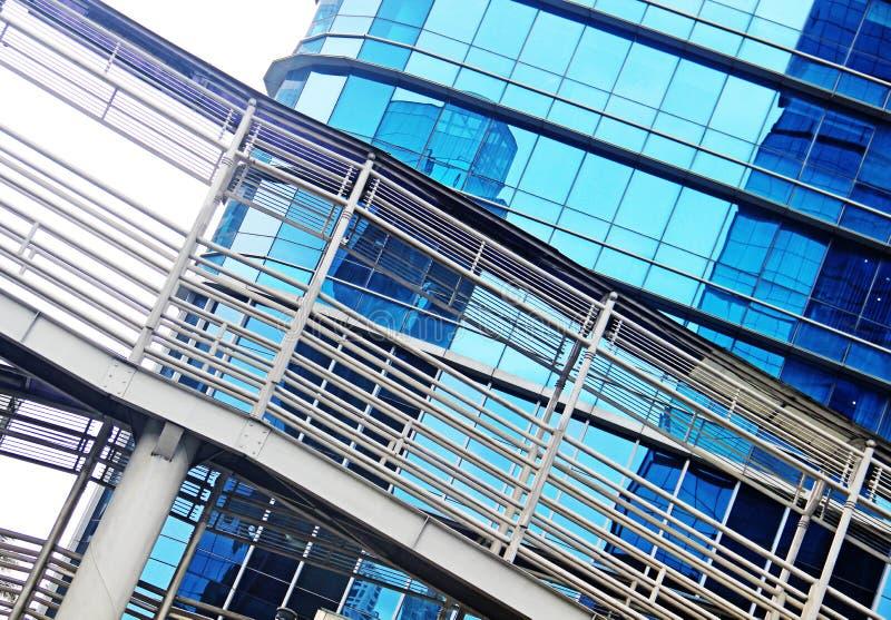 Абстрактный взгляд городского пейзажа с современными небоскребами стоковая фотография rf