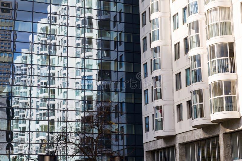 Абстрактный взгляд современного фасада застекляя с отражением дома стоковое фото
