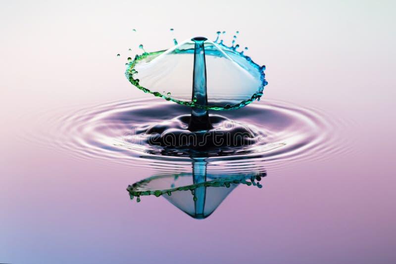 Абстрактный выплеск воды предпосылки, столкновение падений стоковая фотография