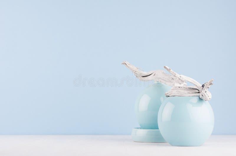 Абстрактный декоративный состав в стиле современного искусства - сферы мягкого света пастельные голубые керамические и старая сер стоковое изображение rf