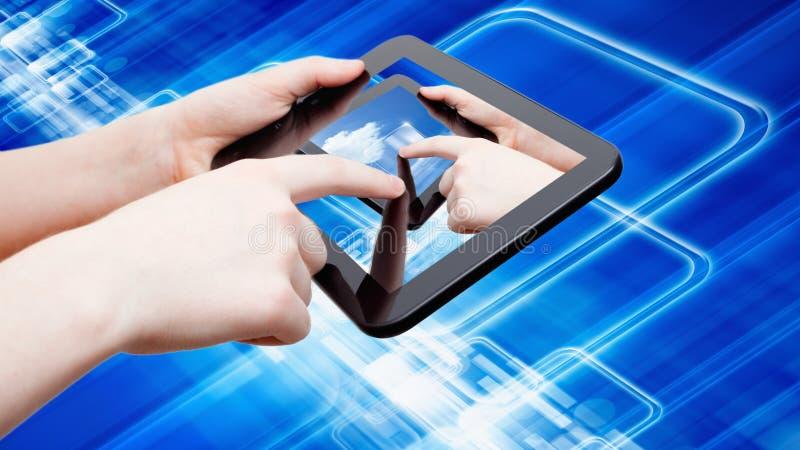 Абстрактный компьютер таблетки в руках стоковые изображения rf