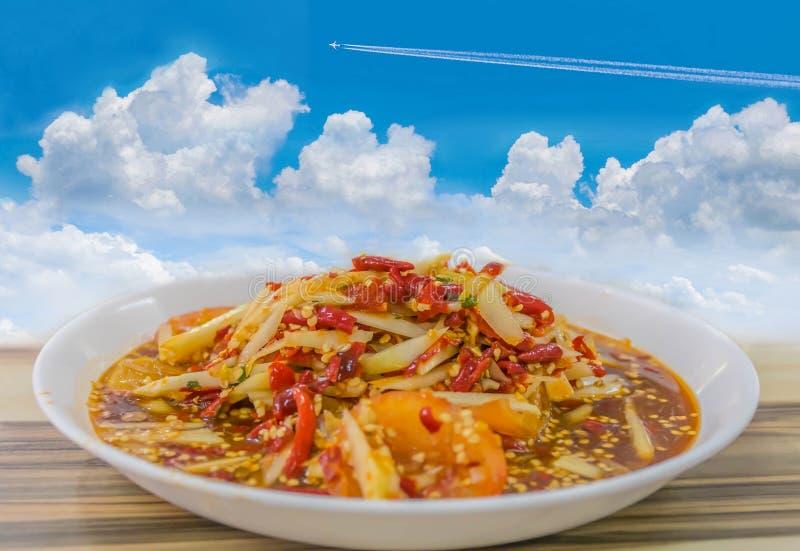 Абстрактный пряный салат папапайи, тайская местная еда с предпосылкой голубого неба стоковое изображение rf
