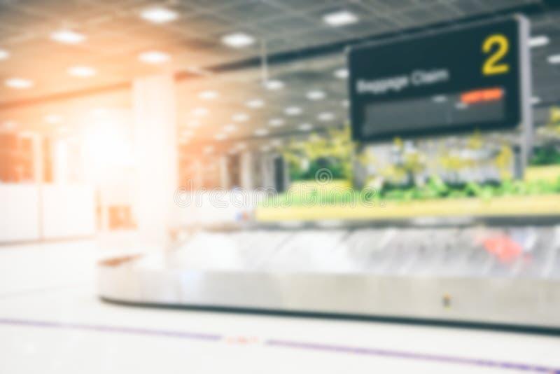 Абстрактный расплывчатый пустой металлический конвейерный ремень с подписью о багаже в зале прибытия в аэропорту на задний план стоковое фото