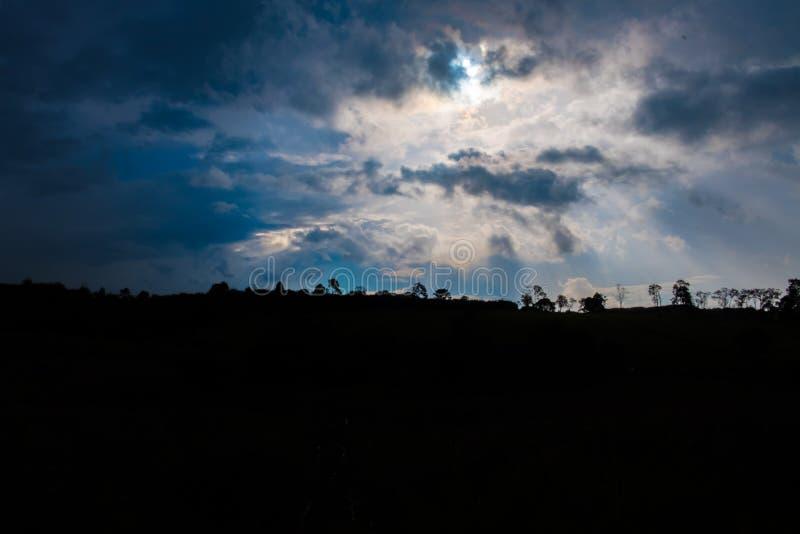 Абстрактный свет которого от задней части горы смогите увидеть тень  стоковое фото