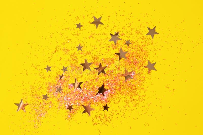 Абстрактный фон из цветной бумаги и конфетти стоковая фотография
