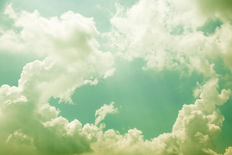 Абстрактный цвет облаков и неба на зеленом цвете в солнечности для предпосылки текстуры стоковые изображения rf