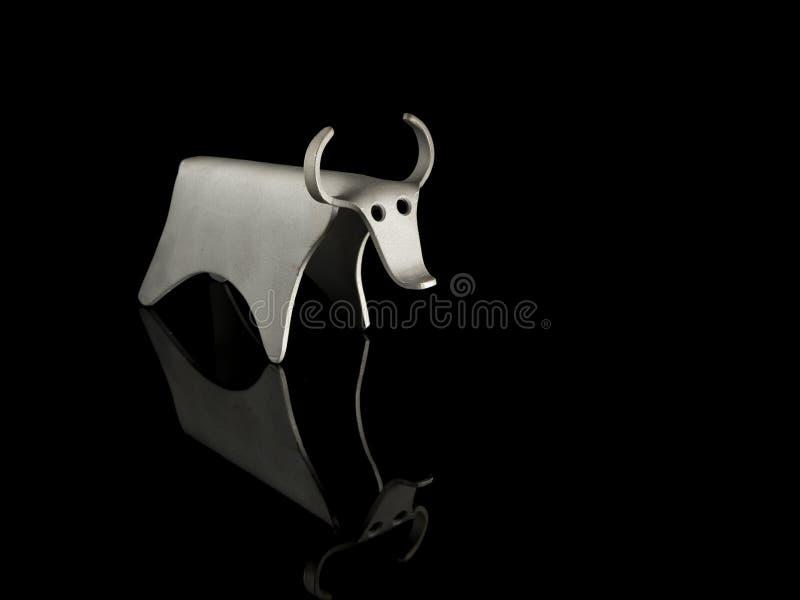 Абстрактный figurine быка сделанного из изогнутого алюминиевого листа стоковые изображения rf