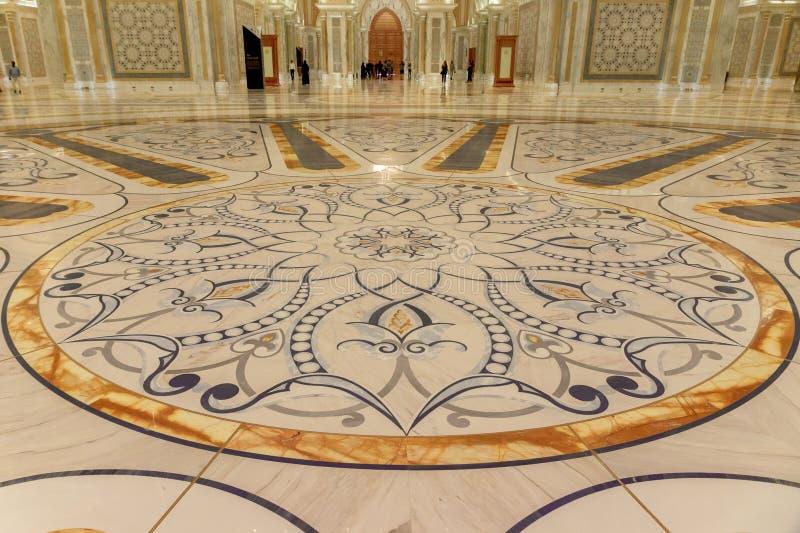 Абу-Даби, ОАЭ - 12-ое марта 2019: Золотое и мраморное украшение пола внутрь дворца ОАЭ президентского стоковая фотография