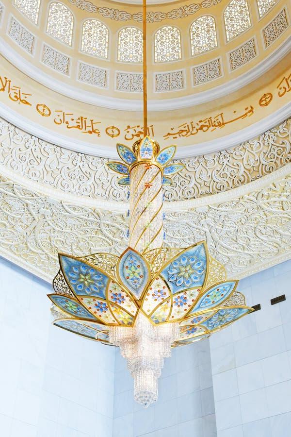 АБУ-ДАБИ, ОАЭ - 19-ОЕ МАРТА 2019: Красивая люстра в форме цветка во внутренности шейха Zayed Мечети стоковая фотография