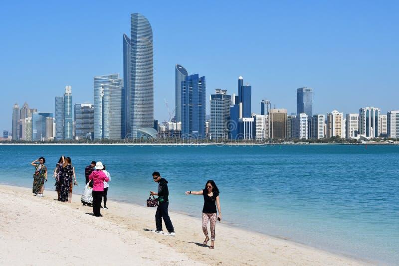 АБУ-ДАБИ, ОАЭ 19-ОЕ МАРТА 2019 Люди на магазине залива Persion на предпосылке небоскребов Абу-Даби в солнечном дне стоковое изображение rf