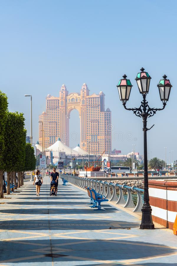 Абу-Даби, ОАЭ - 29-ое марта 2019 Обваловка обозревая морской торговый центр стоковое фото