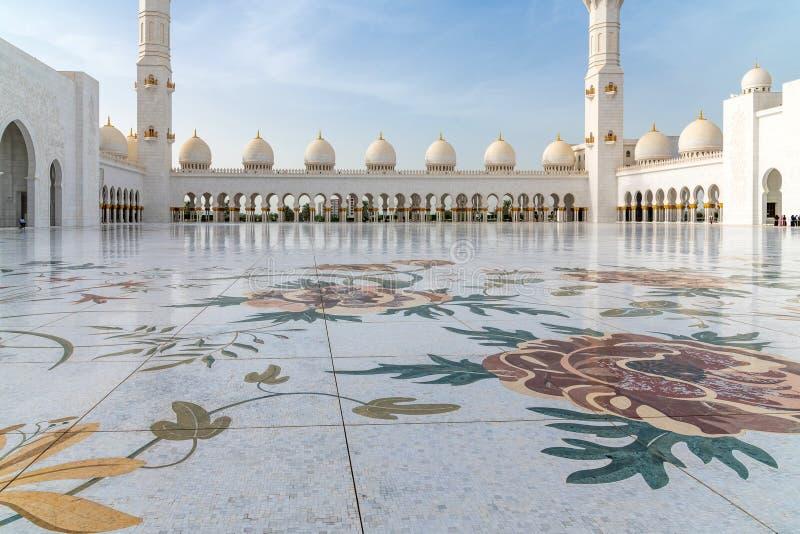 Абу-Даби, ОАЭ - 31-ое марта 2019 Пол с цветочными узорами в шейхе Zayd Больш М стоковая фотография rf