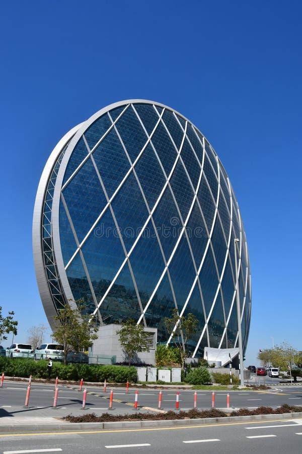 АБУ-ДАБИ, ОАЭ 19-ОЕ МАРТА 2019 Построение штабов Aldar первое круговое здание своего вида на Ближнем Востоке внутри стоковая фотография