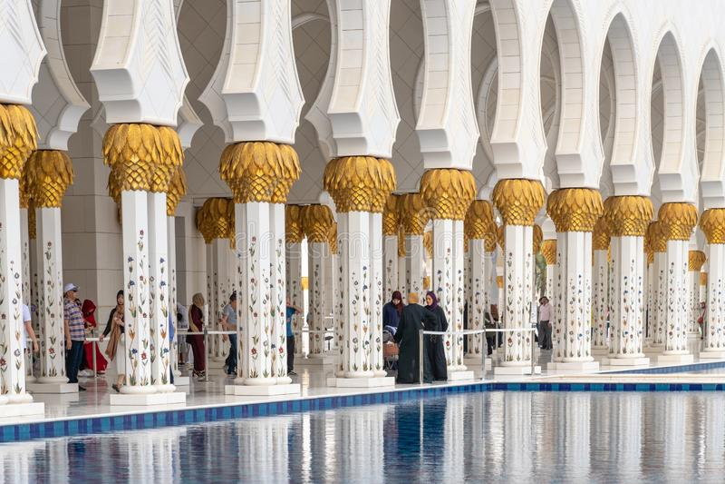 Абу-Даби, ОАЭ - 31-ое марта 2019 Часть колоннады шейха Zayd Больш Мечети стоковое фото rf