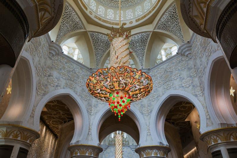 АБУ-ДАБИ, ОБЪЕДИНЕННЫЕ ЭМИРАТЫ - 5-ОЕ ДЕКАБРЯ 2016: Интерьер шейха Zayed Грандиозн Мечети в Абу-Даби стоковая фотография