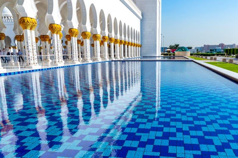 Абу-Даби, Объениненные Арабские Эмираты - 13-ое декабря 2018: декоративные водные бассейны перед большой мечетью стоковое фото