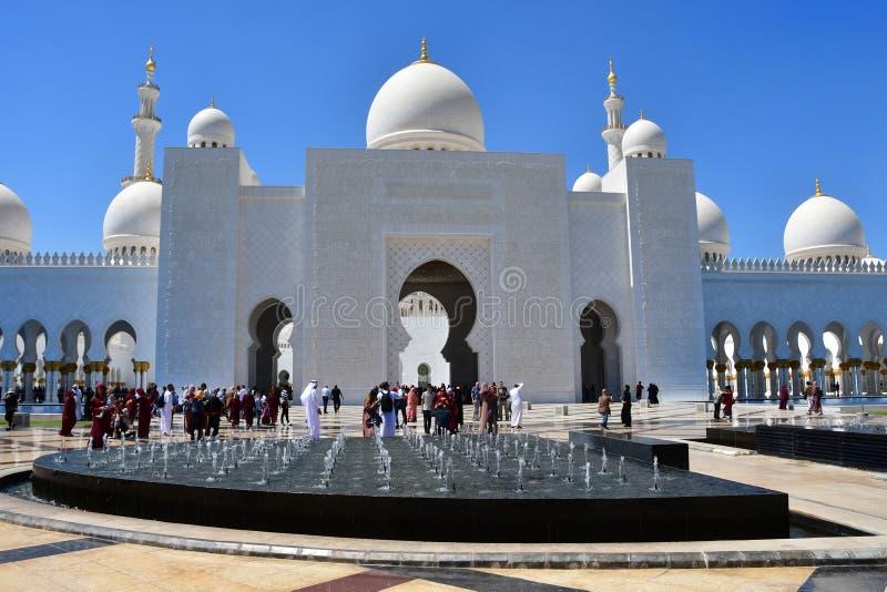 Абу-Даби, Объениненные Арабские Эмираты, 19-ое марта 2019 Люди идя около шейха Zayed Больш Мечети в Абу-Даби, Объениненных Арабск стоковые изображения rf