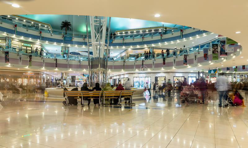 АБУ-ДАБИ - 4-ОЕ НОЯБРЯ 2016: Роскошный внутренний мол Марины торгового центра в Абу-Даби, ОАЭ Мол Марины sh ` s Абу-Даби наградны стоковое изображение rf