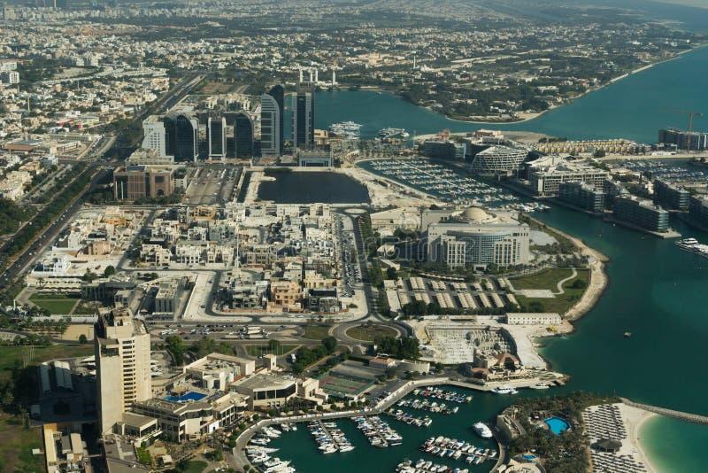 Абу-Даби /UAE- 14-ое ноября 2017: Вид с воздуха ландшафта Абу-Даби стоковые фотографии rf