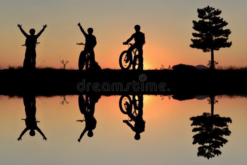 Авантюрные велосипедисты и наслаждение природы стоковые изображения rf