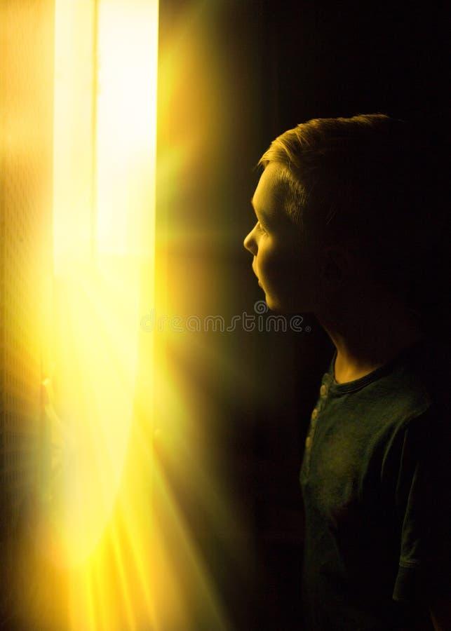 Авантюрный мальчик нашел сокровища в шкафе Счастливый молодой фантазер стоковое фото rf