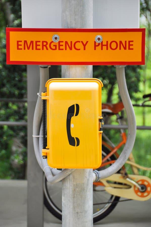 Аварийная коробка телефона около городской улицы для срочного звонка стоковые фото
