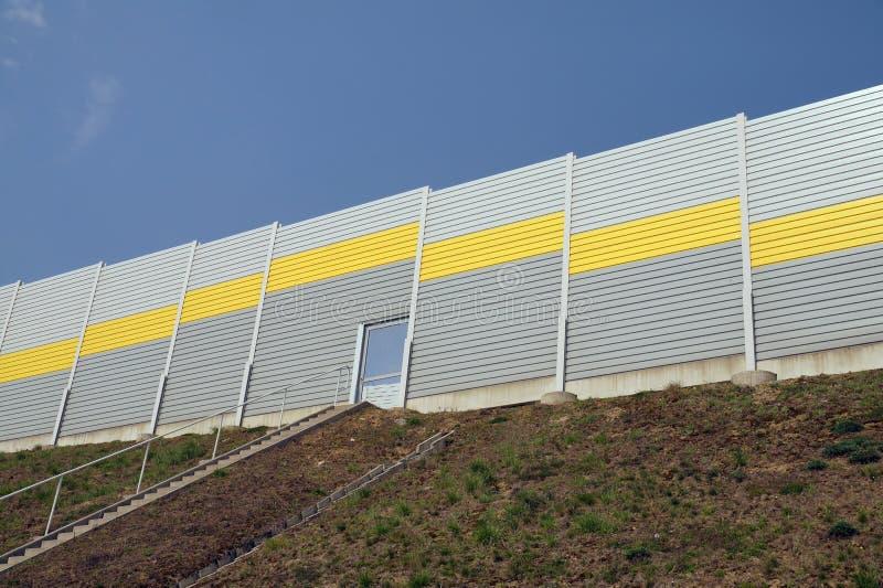 Аварийный выход от шоссе Звукоизоляционные барьеры стоковые фото