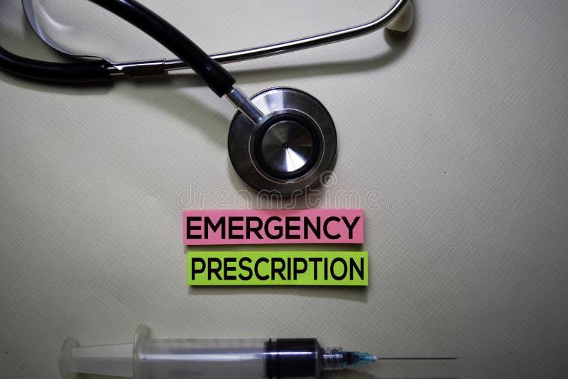 Аварийный текст рецепта на липких примечаниях Взгляд сверху изолированный на столе офиса Здравоохранение/медицинская концепция стоковая фотография rf