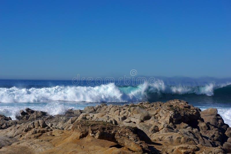 Авария волн против утесов стоковые изображения rf