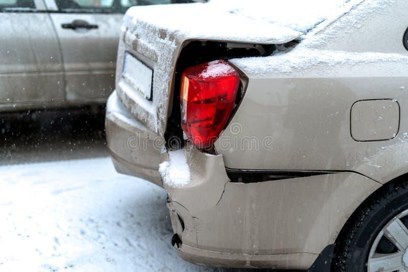 Авария на дороге в городе зимы стоковая фотография