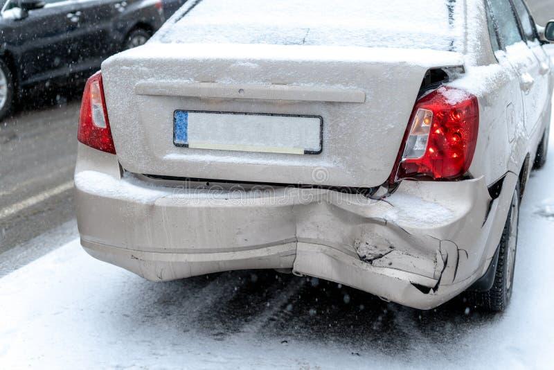 Авария на дороге в городе зимы стоковые фото