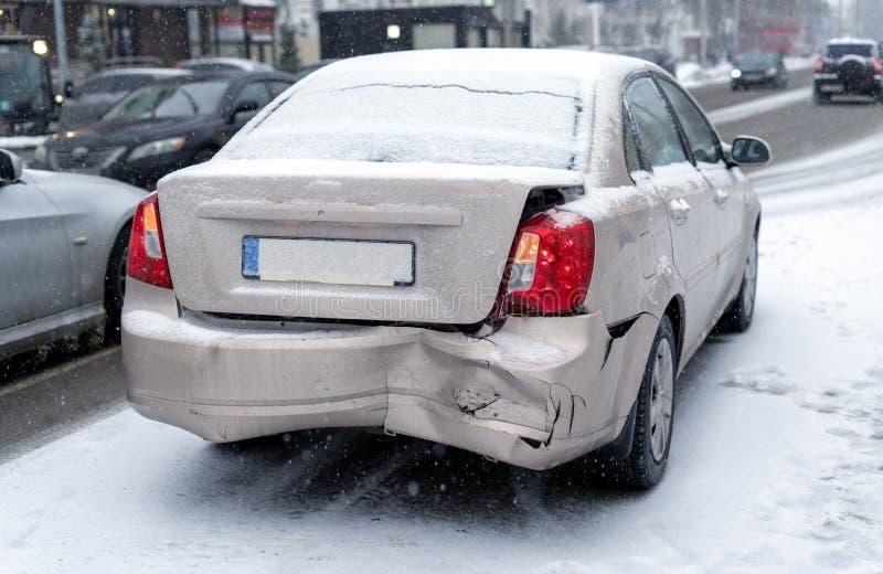 Авария на дороге в городе зимы стоковые изображения rf
