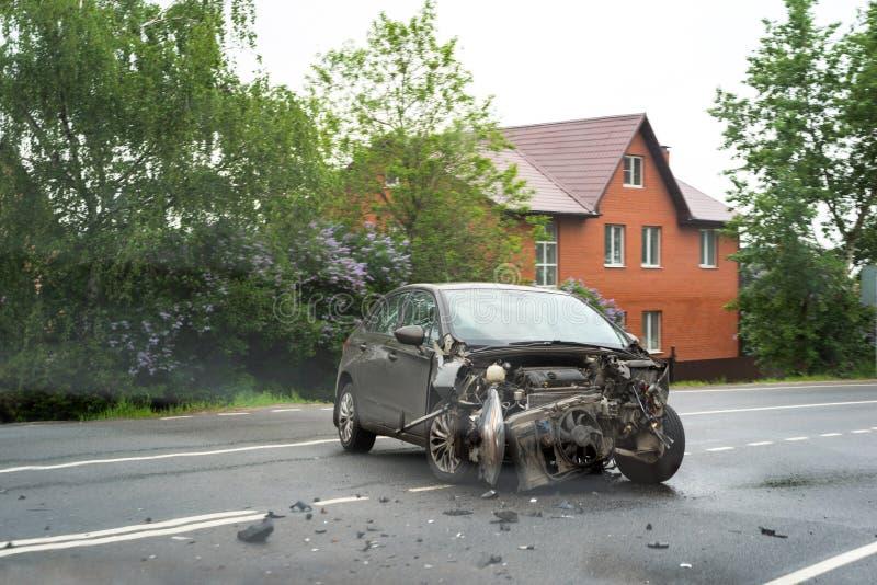 авария столкновения автомобилей автомобиля большая имеет скорость замороженную хайвеем стоковые фото