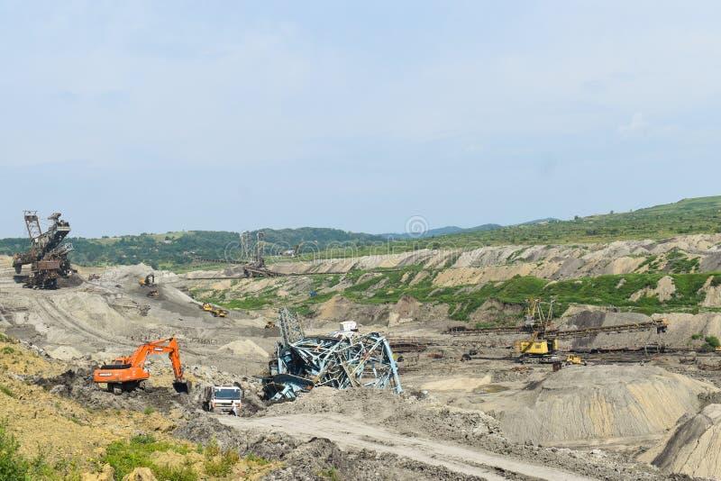 Авария угольной шахты с тяжелой машиной извлечения внутри эксплуатирования угля Огромный экскаватор обрушился в открытом карьере стоковые фото