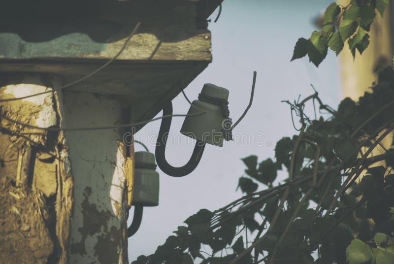 Авария электросети Амортизатор с отрезанными проводами электропитания частного дома стоковая фотография rf