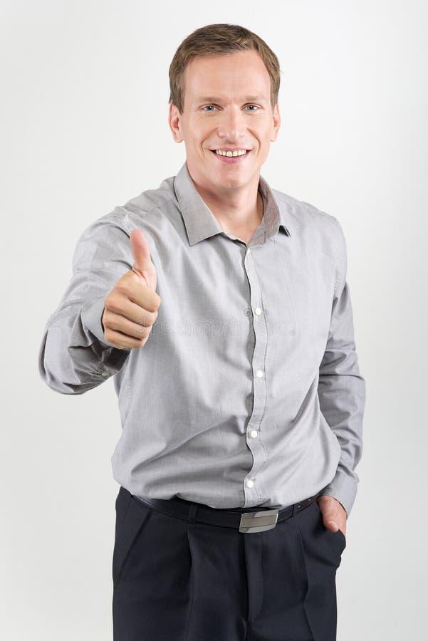 давать знак человека thumbs вверх стоковое фото