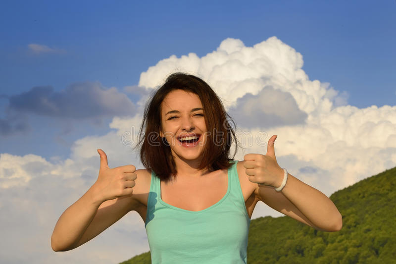 давать знак thumbs вверх по женщине стоковое фото rf