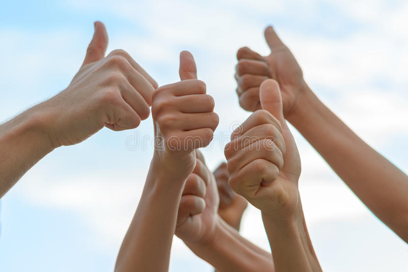 давать людей группы thumbs вверх стоковые изображения rf