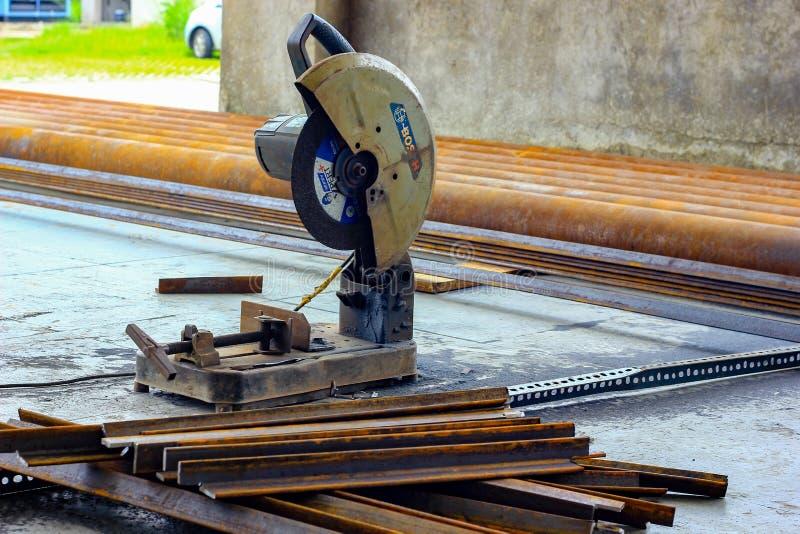 Август 2018, Kolkata, Индия, моторизованный враг резца Bosch стальной штанги режа стальные пруты на строительной площадке стоковые фото