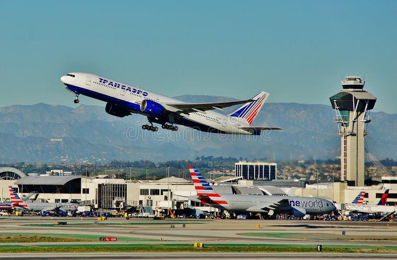 Авиакомпании Боинг B-777 Transaero принимая задний дом к Москве, России в 2015 стоковые фото