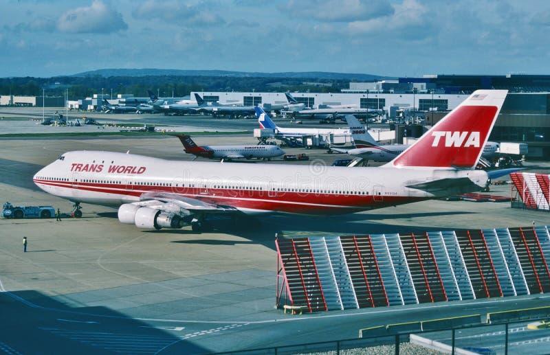 Авиакомпании мира Trans (TWA) Боинг B-747 готовый для того чтобы уйти для авиапорта JFK, Нью-Йорка в феврале 2001 стоковая фотография