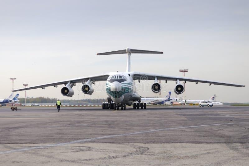 Авиакомпании самолета IL-76TD Alrosa груза стоковое фото